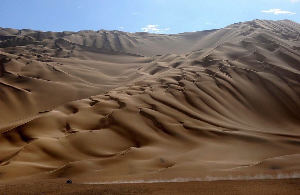 Motorcyclist-in-the-Dakar-Rally-2012-from-Arica-to-Arequipa.jpg
